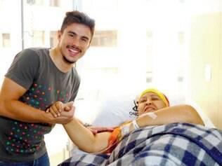 Emocionado, Willian cumprimentou vários pacientes na clínica