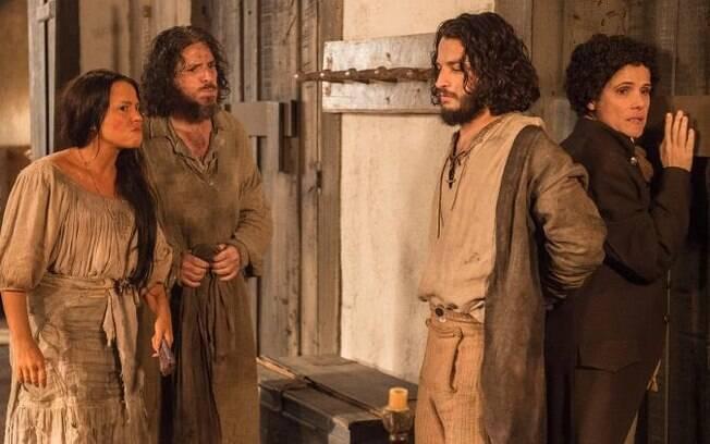 Germana (Vivianne Pasmanter) e Licurgo (Guilherme Piva) flagram Hugo (César Cardadeiro) com Elvira (Ingrid Guimarães) em