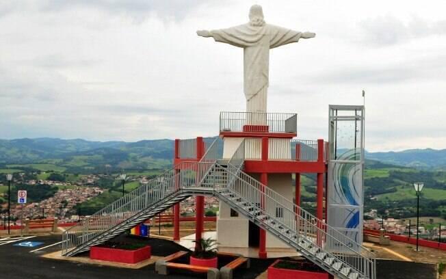 Um dos pontos turísticos de Socorro é o Mirante do Cristo, bom presente de Dia dos Pais para pais com deficiência