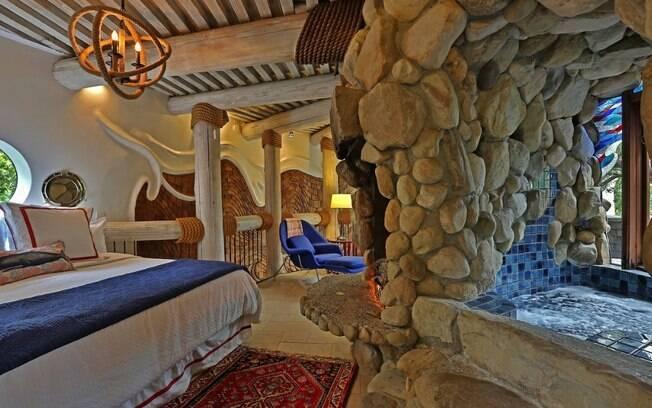O quarto principal é ótimo para casais que querem passar uma noite de amor aproveitando a cama enorme e confortável