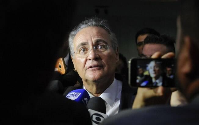 Senador Renan Calheiros (MDB-AL) concede entrevista após retirar a candidatura para Presidência do Senado.