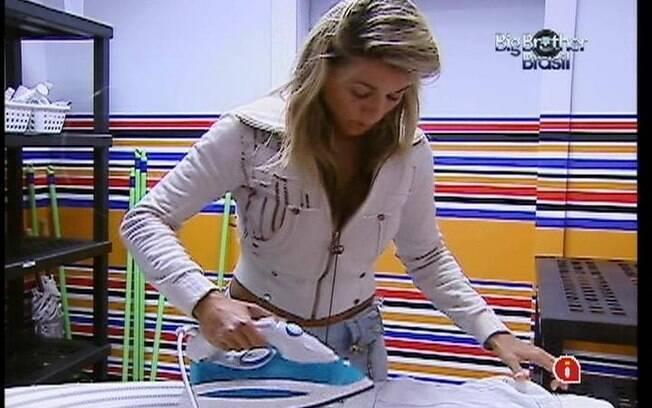 Fabiana passa a camisa branca de João Carvalho