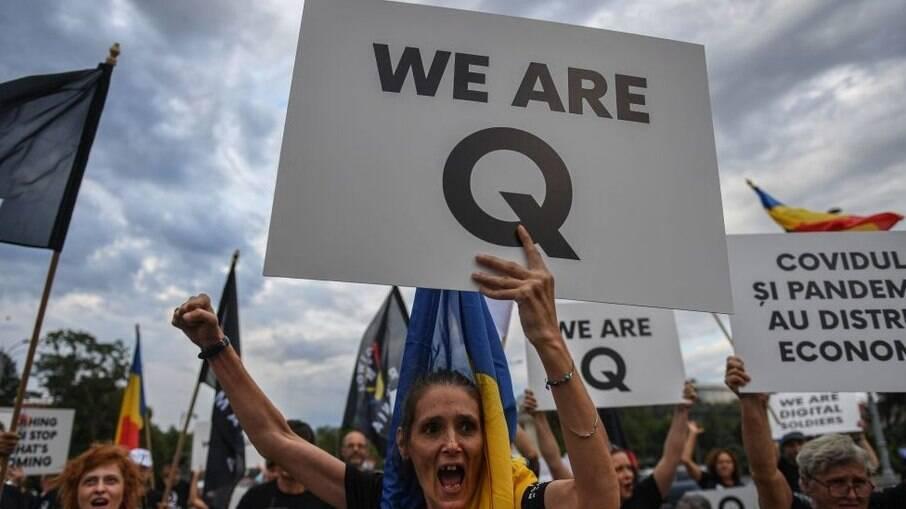 Os símbolos do QAnon - grupo conspiracionista norte-americano - estão presentes em várias partes do mundo. Teoria tem alta aceitação no Brasil
