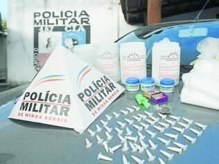 Drogas e material para refino apreendidos foram levados à Delegacia de Plantão