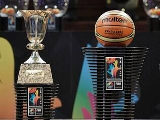 Troféu Naismith e bola da Copa do Mundo de basquete 2014 são apresentados ao público