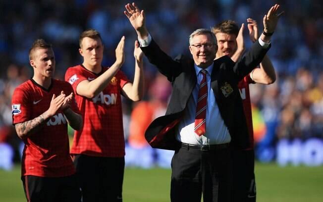 Alex Ferguson é cumprimentado pelos jogadores  do Manchester United, em sua última partida pelo  clube