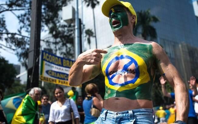Houve quem usasse o próprio corpo para se manifestar contra o momento político, como este homem que marchou pela Avenida Paulista (12/04/2015)