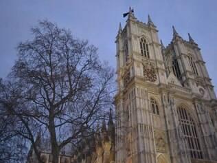 À esquerda do parlamento está a Abadia de Westminster