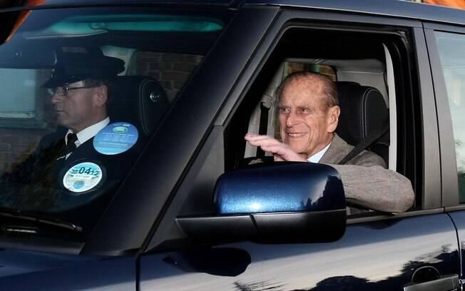 Príncipe Philip acena para os fotógrafos ao sair do Hospital Papworth, em Cambridge