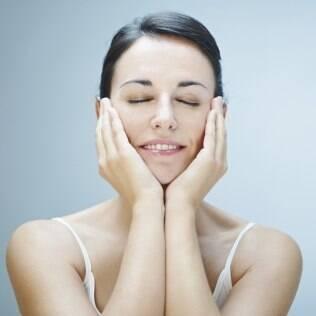 Cuidados básicos com a pele já diminuem a aparência de cansaço. Compressas geladas de chá de camomila aliviam o inchaço