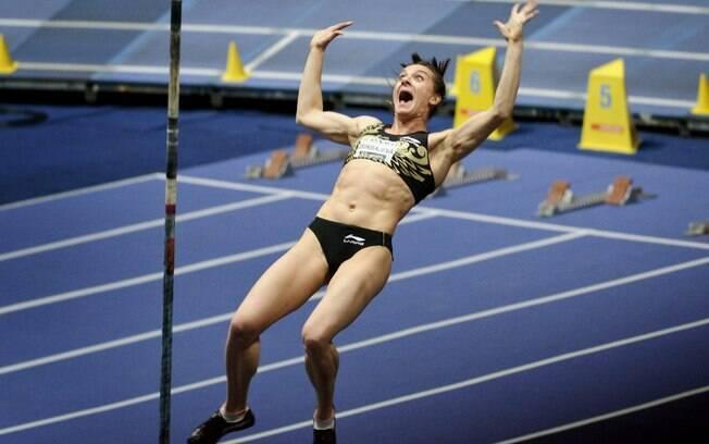 Yelena Isinbayeva superou a marca de 5,01m no  meeting de Helsique de 2005 e superou seu próprio  recorde mundial