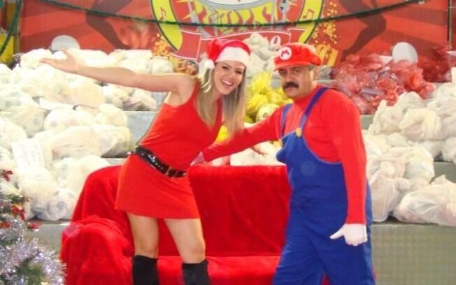 Tania Oliveira participou da campanha de natal da escola de samba Tom Maior vestida de Mamãe Noel