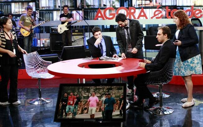 Ao fundo, a banda Ultraje a Rigor, e Danilo Gentili com os comediantes Murilo Couto e Léo Lins