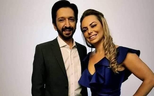 Ricardo Nunes ao lado de Regina Carnovale