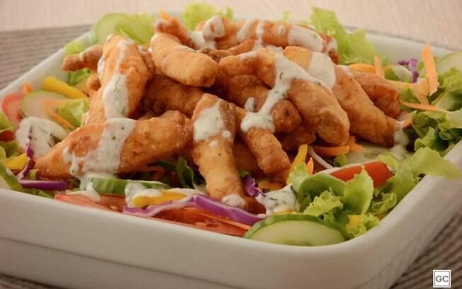 Salada com iscas de peixe para refeições rápidas e leves