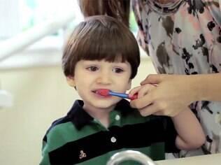 Especialistas ressaltam a importância de estimular a criança a escovar os dentes sozinha