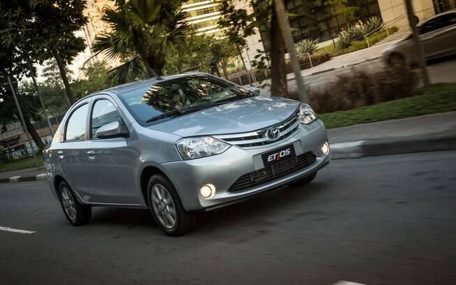 Mesmo com apenas quatro marchas, o câmbio automático do Toyota Etios sedã é uma boa opção por consumir o mesmo que o modelo manual.