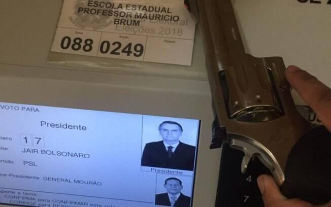 Eleitores de Bolsonaro usam armas na cabine eleitoral, o que é ilegal; e registram o voto com fotos e vídeos, o que é crime