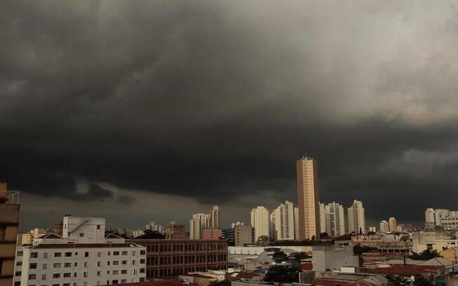 Imagem mostra nuvens carregadas na região da Mooca, em São Paulo