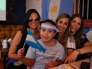 Torcedores argentinos assistem partida entre Holanda e Argentina, no Pizza Sur, em Belo Horizonte