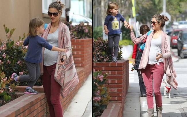 Grávida, Alessandra Ambrosio passeia com a filha pelas ruas de Santa Monica