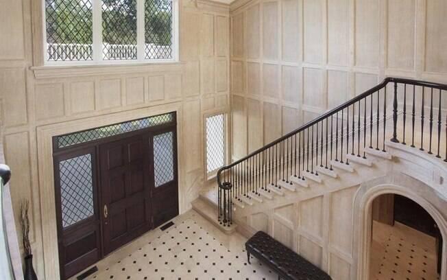 Grande parte da mansão de 100 anos é feita de madeira entalhada à mão, enquanto os banheiros são de mármore