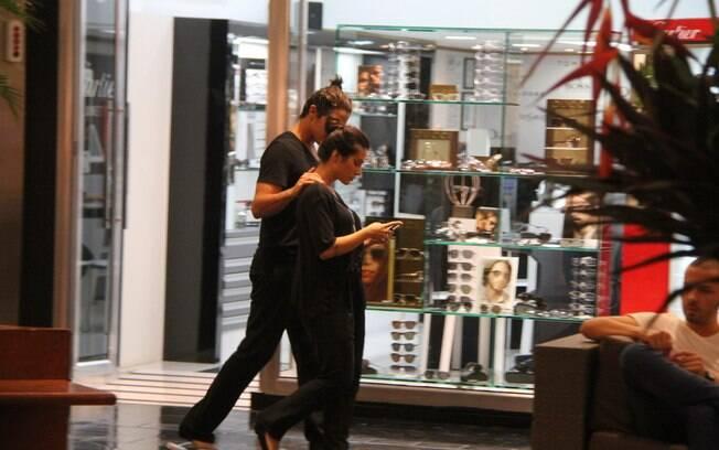 Cleo Pires e Rômulo Arantes passeiam em shopping com roupas iguais