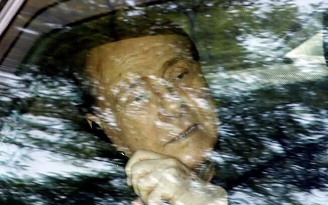 Silvio Berlusconi fala ao telefone enquanto instituto Sacra Famiglia, em Cesano Boscone, Itália