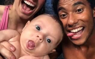 """Surfista brasileiro sofre racismo por ter filha branca: """"Não estou raptando ela"""""""