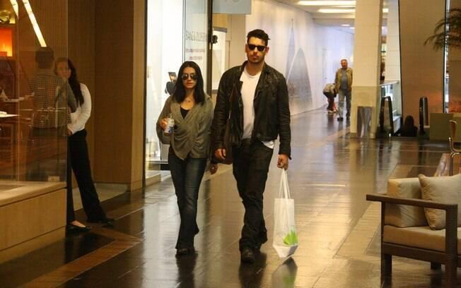 Cleo Pires e o seu marido no shopping