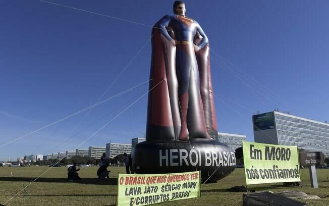 Boneco 'Super-Moro' voltou a ser inflado nas ruas de Brasília