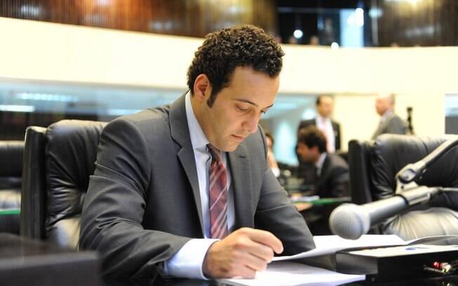 Deputado Bernardo Carli morre aos 32 anos em acidente de avião no estado do Paraná