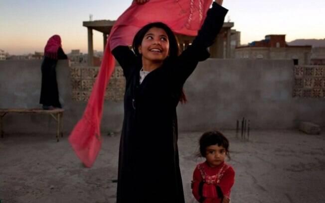 Menina de 10 anos do Iêmen sorri depois de se divorciar de seu marido adulto.