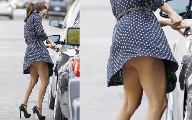 Eva Longoria acabou mostrando o bumbum e a calcinha ao sair do carro por conta de uma rajada de vento