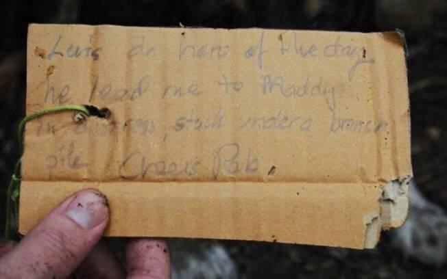 O bilhete foi escrito em um pedaço de papelão