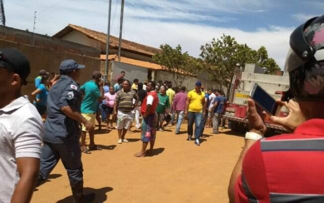 Nas redes sociais, fotos mostram pais resgatando suas crianças na saída da creche em Janaúba