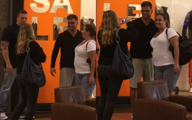 Simpático, Ricky Martin foi assediado e posou para fotos