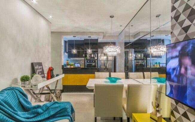 Decoração incorpora paredes coloridas, móveis laqueados e agrupamento de nichos