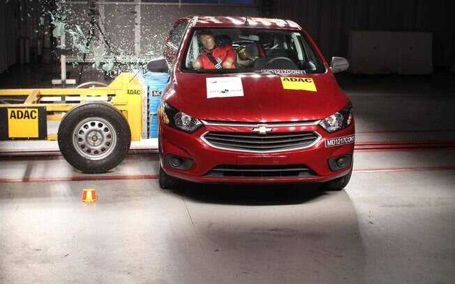 Chevrolet Onix passa por teste de colisão lateral do LatinNCAP, que tornou os critérios mais rígidos a partir de 2016