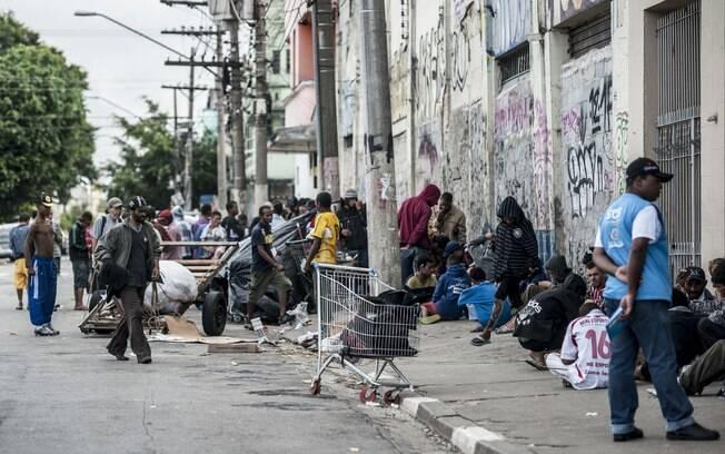 Usuários de crack em rua na região central de São Paulo, conhecida como cracolândia