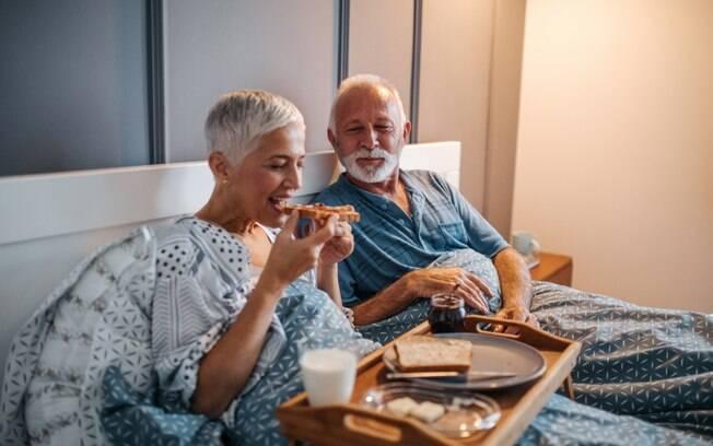Inovar e sair da rotina é uma das melhores formas de como manter o romantismo do casamento com o passar do tempo