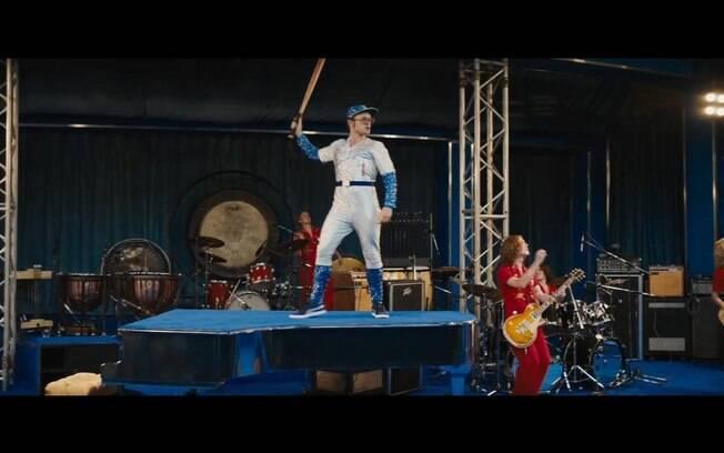 Taron Egerton em cena de Rocketman