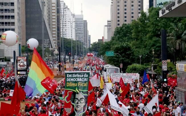 Manifestantes iniciam caminhada na Avenida Paulista em direção à região central de São Paulo