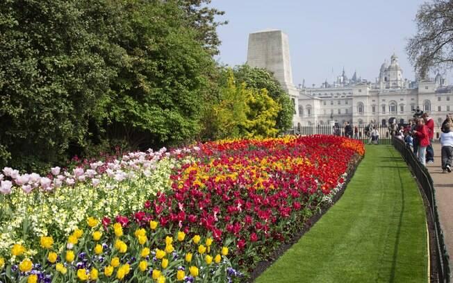 O parque St. James fica ao lado do palácio de Buckingham, residência oficial da rainha Elisabeth II