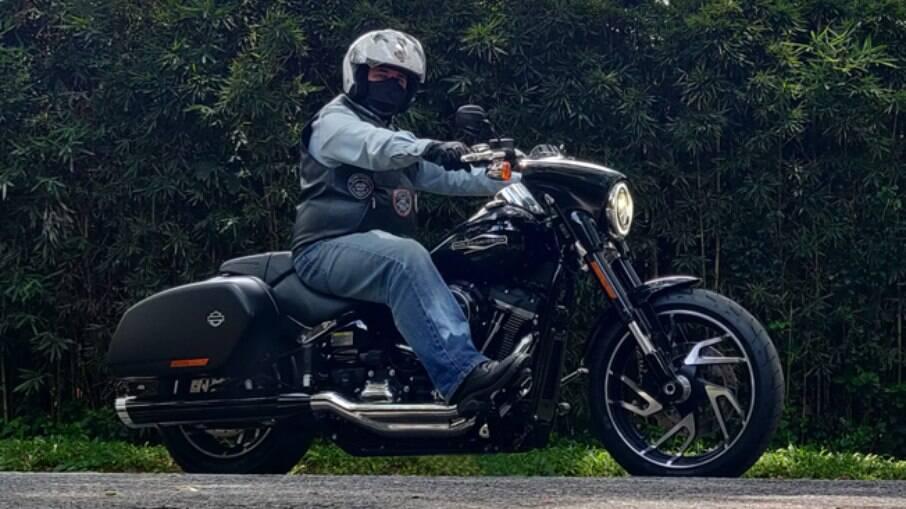 A Harley-Davidson Sport Glide e suas belas rodas de alumínio polido mantis