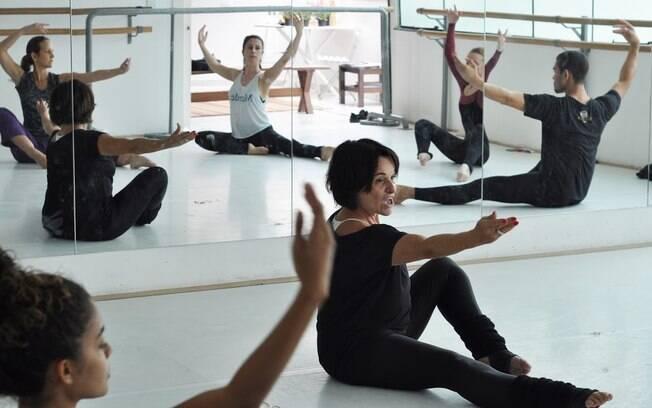 A bailarina e coreógrafa Flavia Goldstein em aula prática no workshop de dança moderna