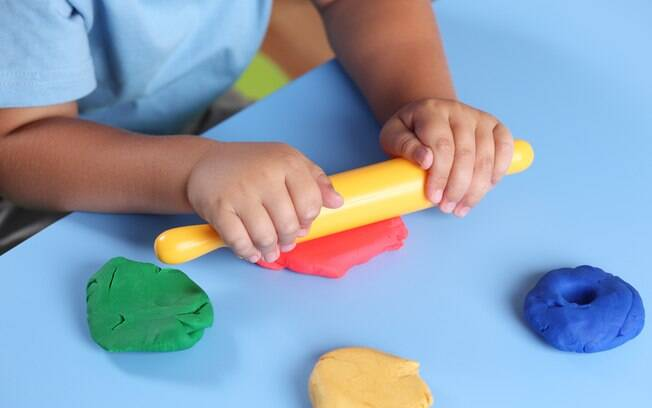 criança brincando com massinha