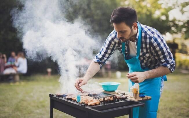 homem fazendo churrasco