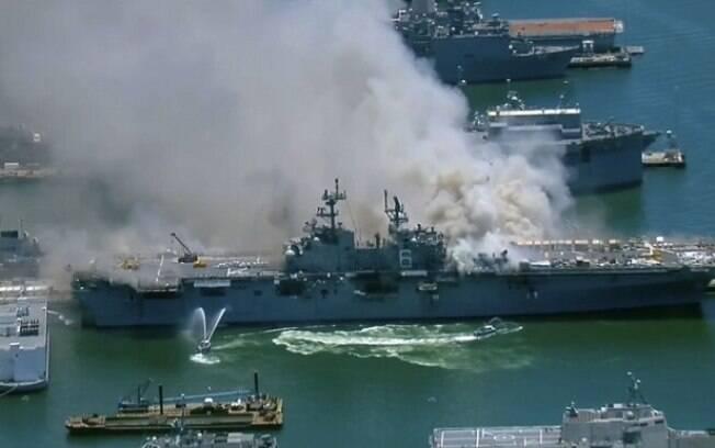Coluna de fumaça cinza ocupou parte do céu em área de atracamento de navios