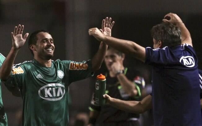 Charles comemora seu gol com o técnico Gilson  Kleina